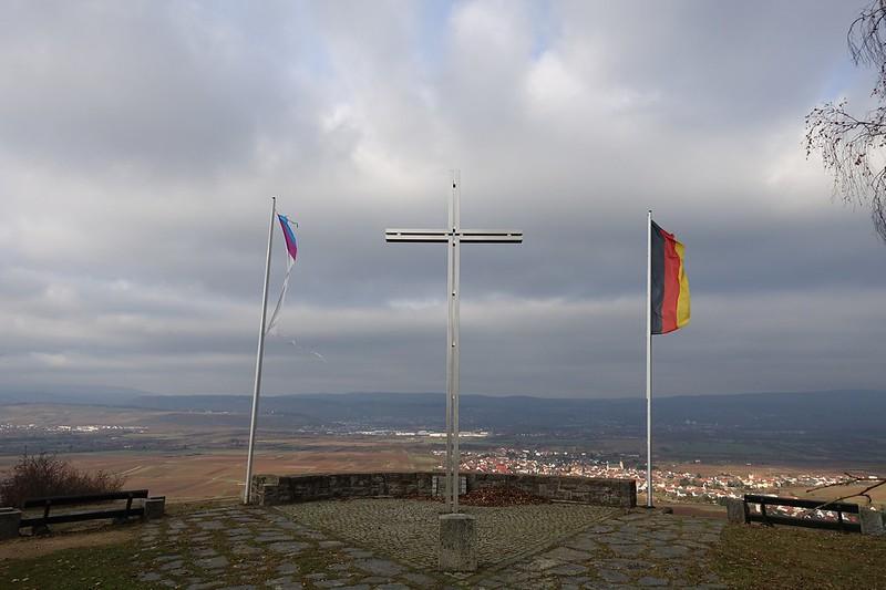 Friedenskreuz: Blick auf Ockenheim und das Rheintal