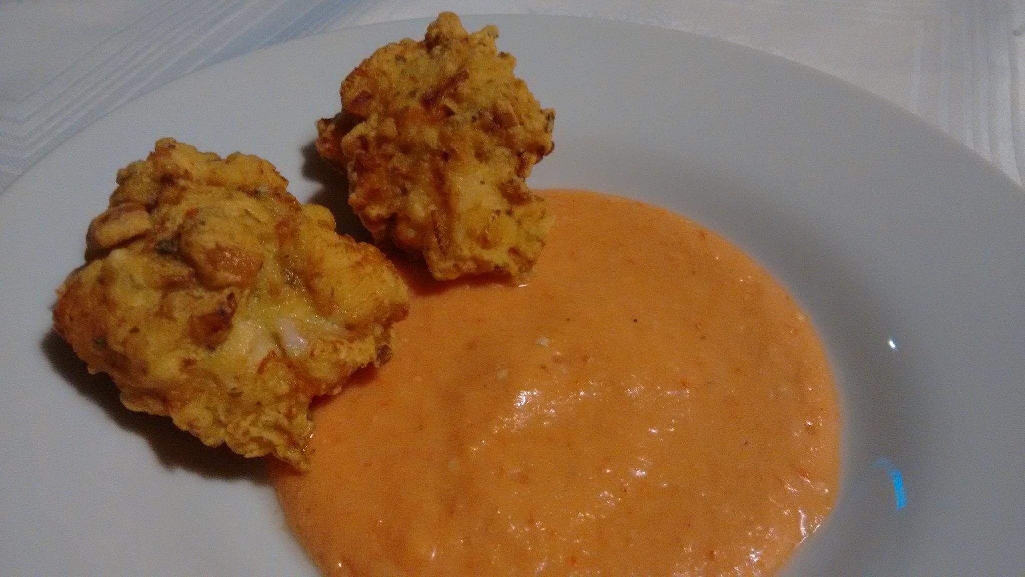 Buñuelos de pollo con salmorejo