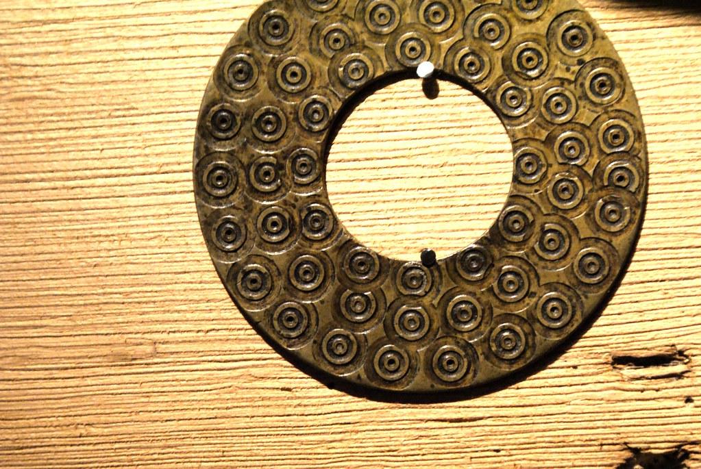 Motif d'un objet en métal non identifié (qu'est ce que ça peut bien être ?) du musée Dembowski.