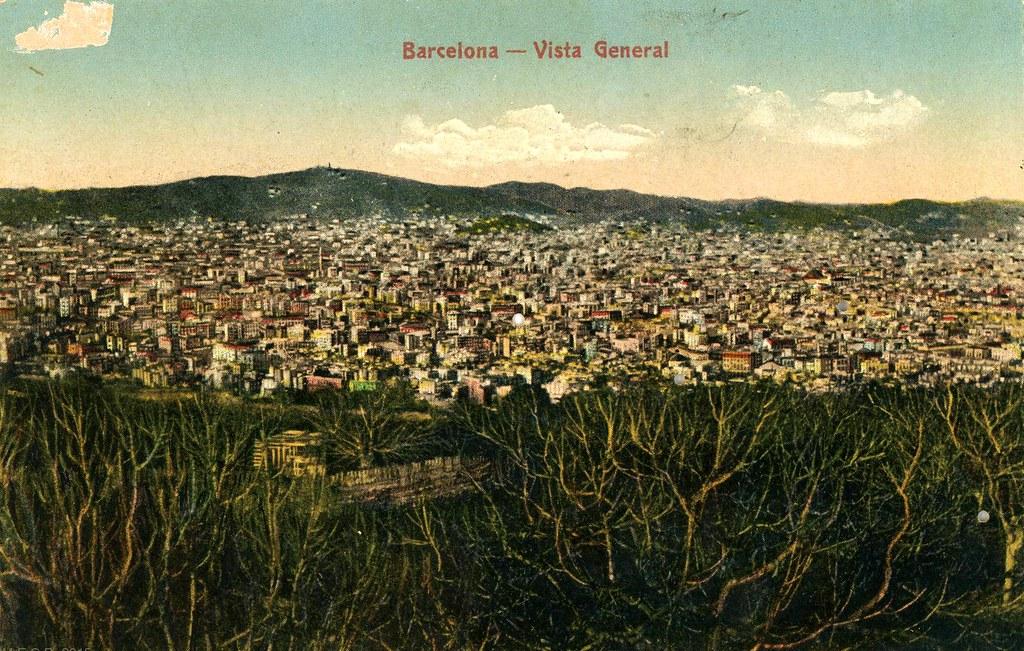Ancienne carte postale avec une vue panoramique de Barcelone depuis la colline de Montjuic en 1900.