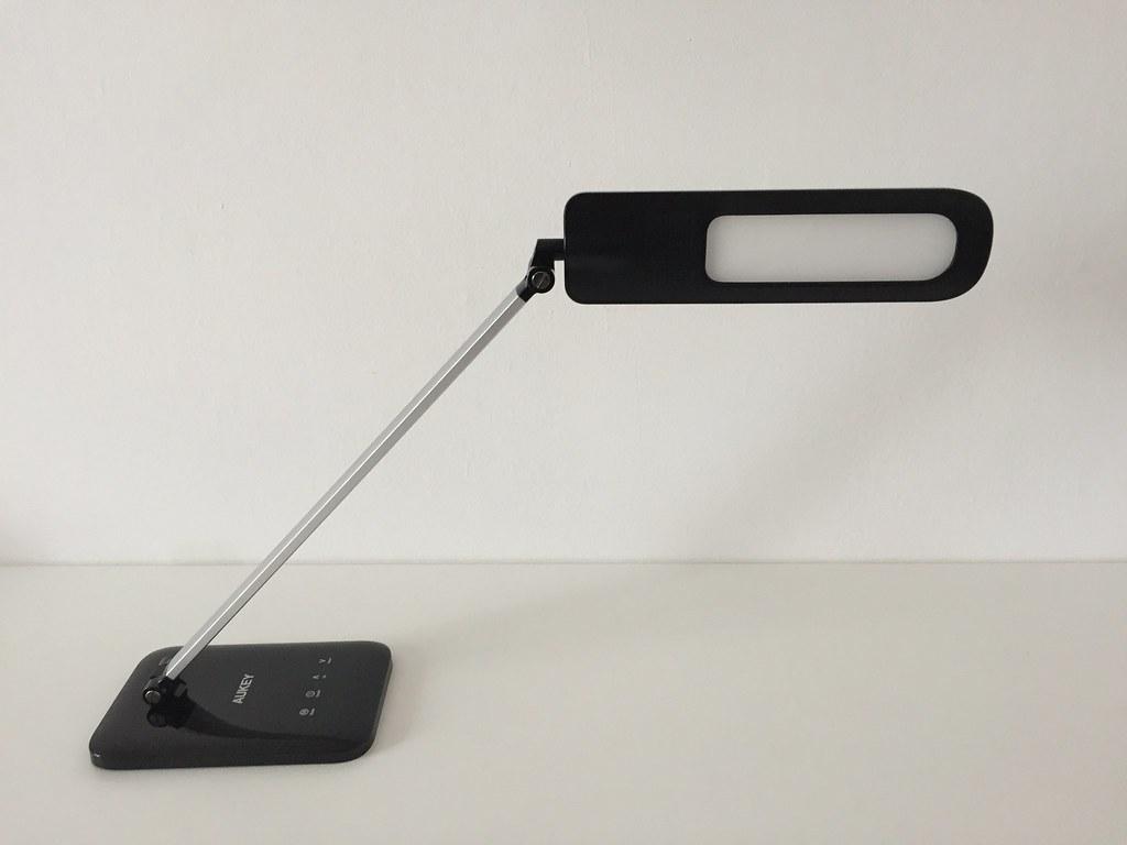 Lampe de bureau led aukey penchée vers cam francois remi flickr