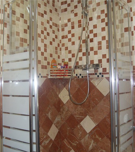 Ba o decorado con mosaicos y cenefas en marmol pulido cre - Banos con cenefas ...
