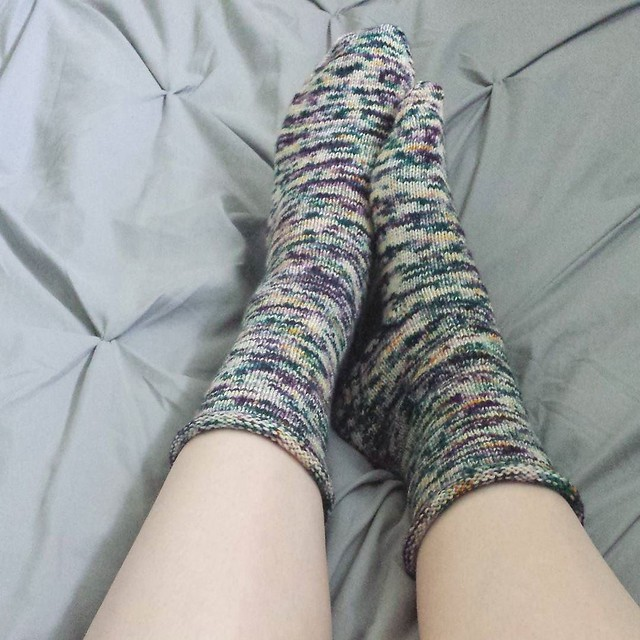 finished #oneweeksockchallenge socks!! I love doing these challenges every so often, thanks @jennemerson for hosting them and giving me an excuse to whip out a pair of socks 😊 pattern is Vanilla is the New Black with a rolled cuff and yarn is #baere