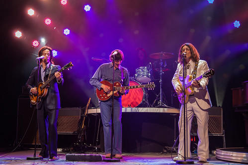 https://www.twin-loc.fr  Let it be The Beatles, Savoy theatre London. Pictures of the show live ! John Lennon, Paul McCartney, George Harrison et Ringo Starr en concert. - photo picture image photography | by www.twin-loc.fr