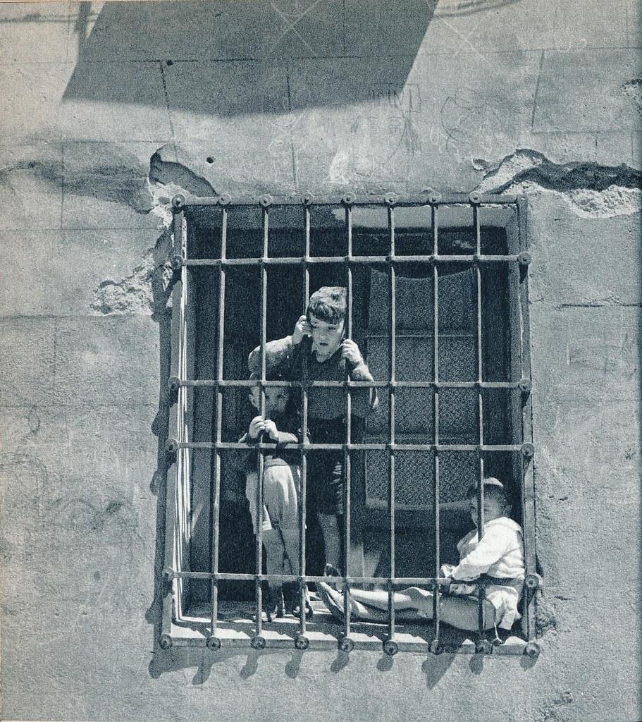 Niños en una ventana de Toledo en la primavera de 1955. Fotografía de Cas Oorthuys © Nederlands Fotomuseum, Rotterdam