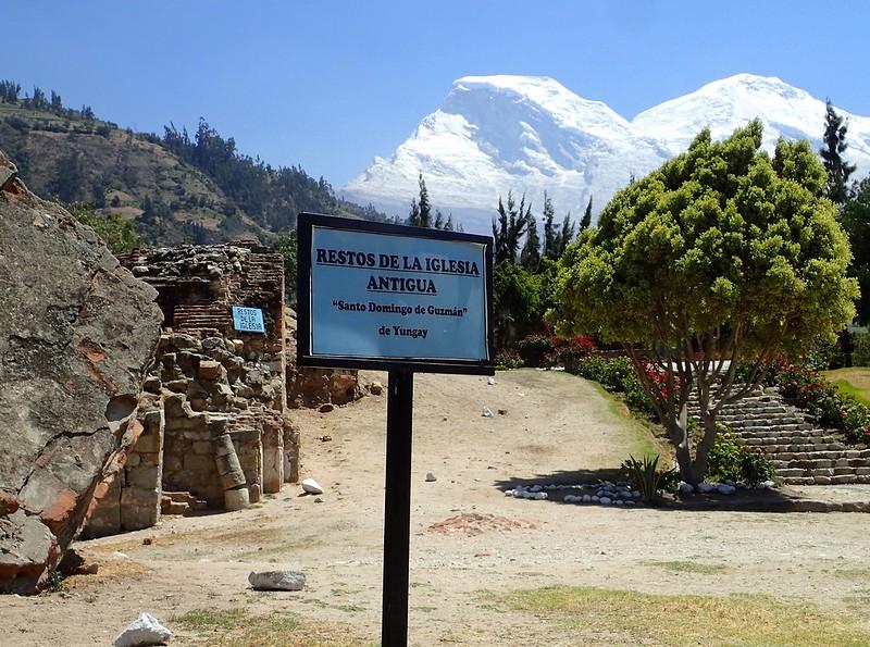 Restos de la antigua Iglesia de Yungay. Y el Huascarán al fondo.