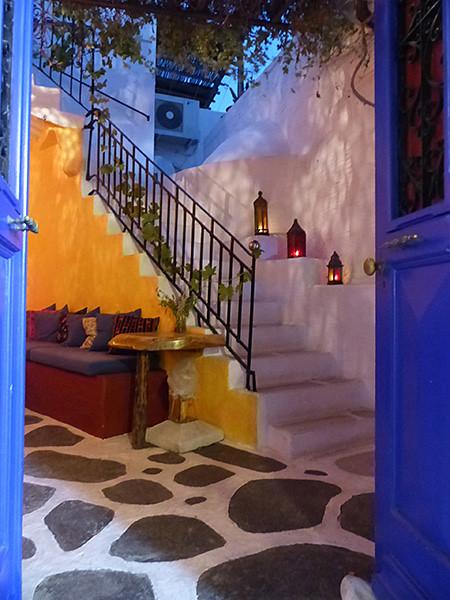 porte bleue et mur jaune à Paros