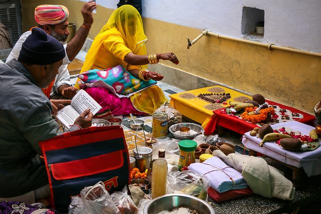 Hindu prayer in a house, Jaisalmer, India ジャイサルメール、民家でのヒンドゥー教のお祈り