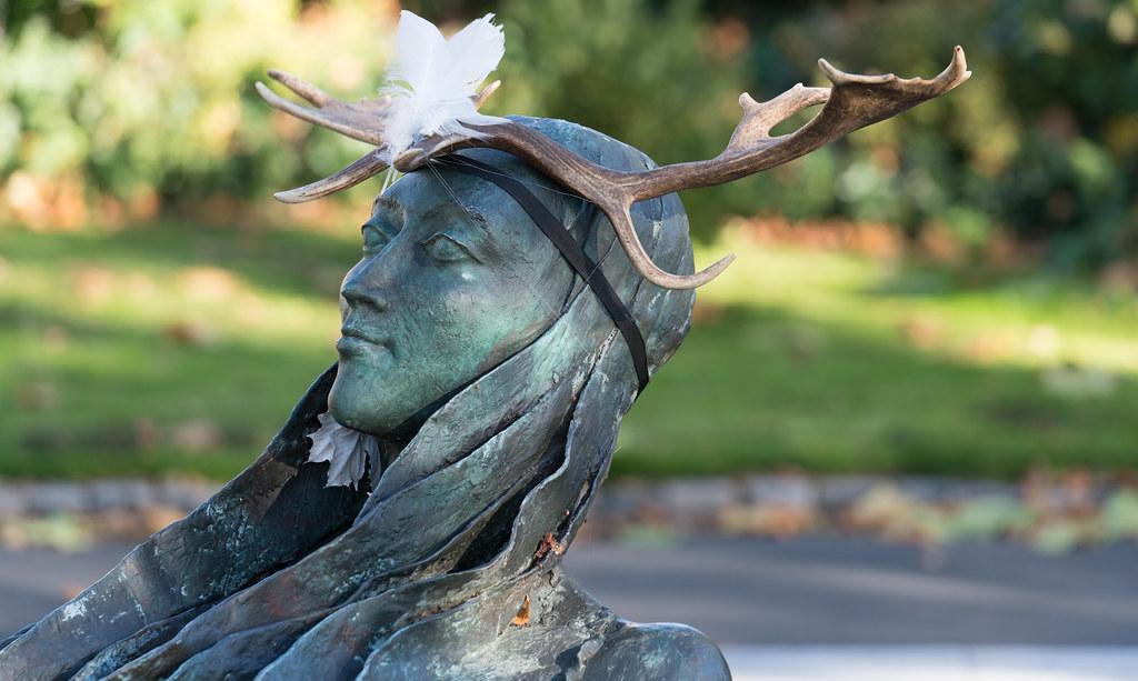 ANNA LIVIA HAS GOT HERSELF A FASCINATOR [THE CROPPIES MEMORIAL PARK]-122970