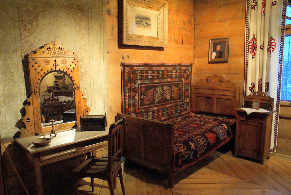 Coin lit dans la chambre du musée. On en ressort avec l'envie de mettre du bois de partout chez soi.