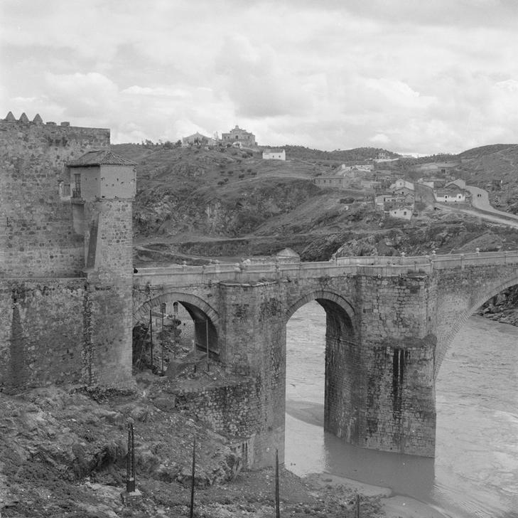 Puente de San Martín de Toledo en 1949 fotografiado por Paul Almásy © AKG Images