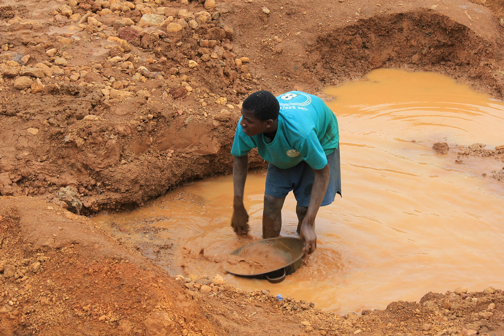 Panning for Gold, Lake Sonfon - Sierra Leone © Paige McClanahan: UNEP: 2012