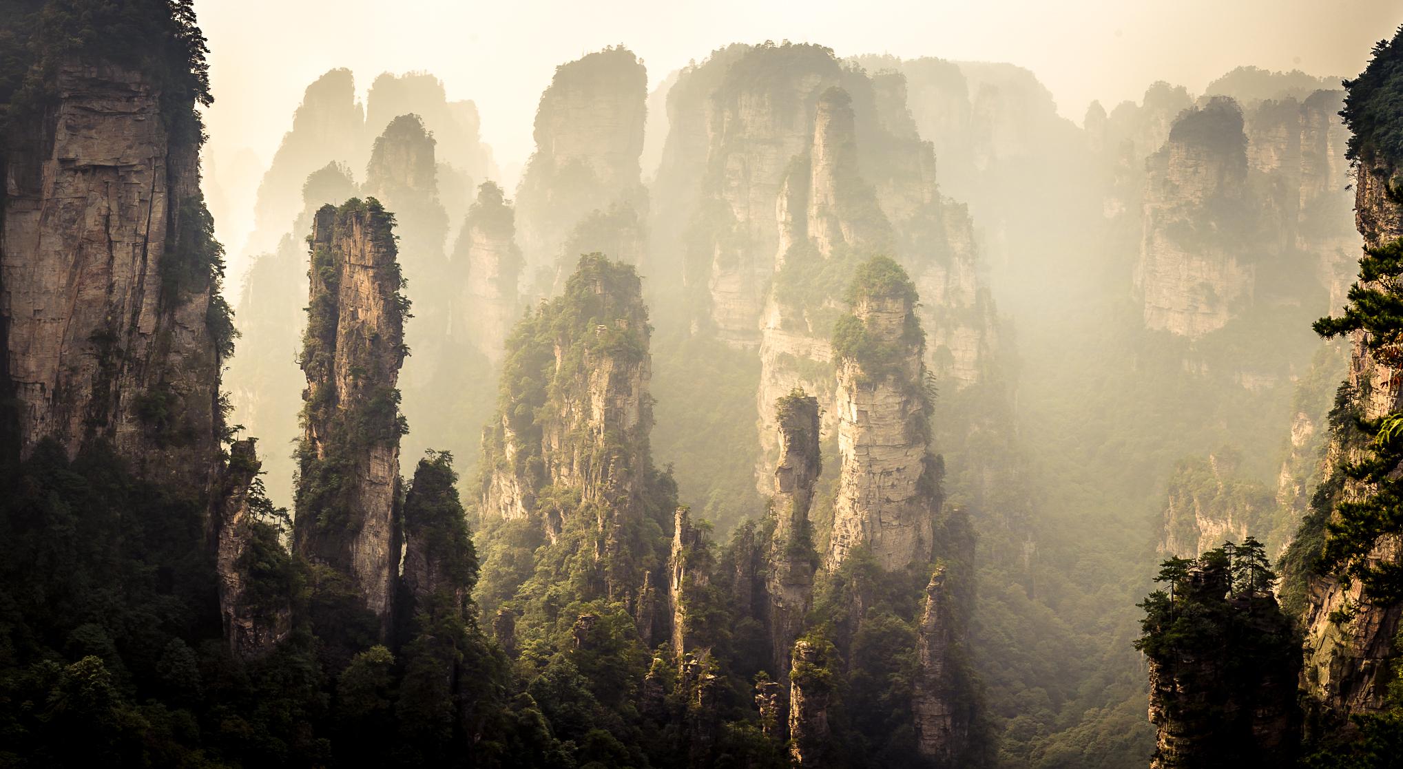 Zhangjiajie inspiró durante generaciones a los pintores tradicionales chinos a crear un arte contemplativo de la naturaleza. Algún día me encantaría poder ver esa foto impresa enorme en una pared.