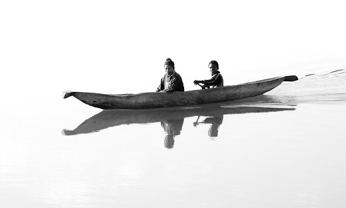 Two children in a pirogue, Madagascar, par Franck Vervial | by Franck Vervial