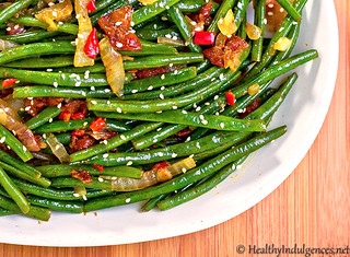 Sweet Chili Green Beans with Caramelized Onions and Bacon | by HealthyIndulgencesBlog