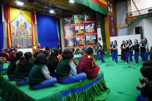 法王噶瑪巴期勉西藏學子傳統與現代教育並重