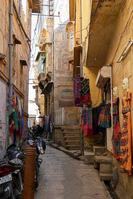 Narrow alley in Jaisalmer old city, India ジャイサルメール、旧市街の路地