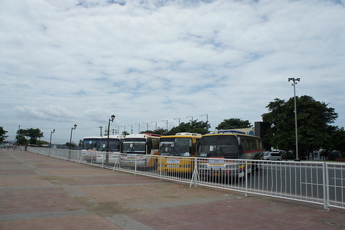 黎剎公園出事位置依然有旅遊巴,但遊人疏落,更不見港人踪影。(勞顯亮攝)