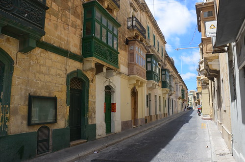 Eine Gasse in der Altstadt von Victoria mit bunten Balkonen
