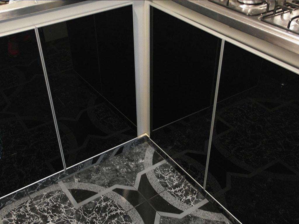 Puertas para cocinas integrales en vidrio negro con marco …   Flickr
