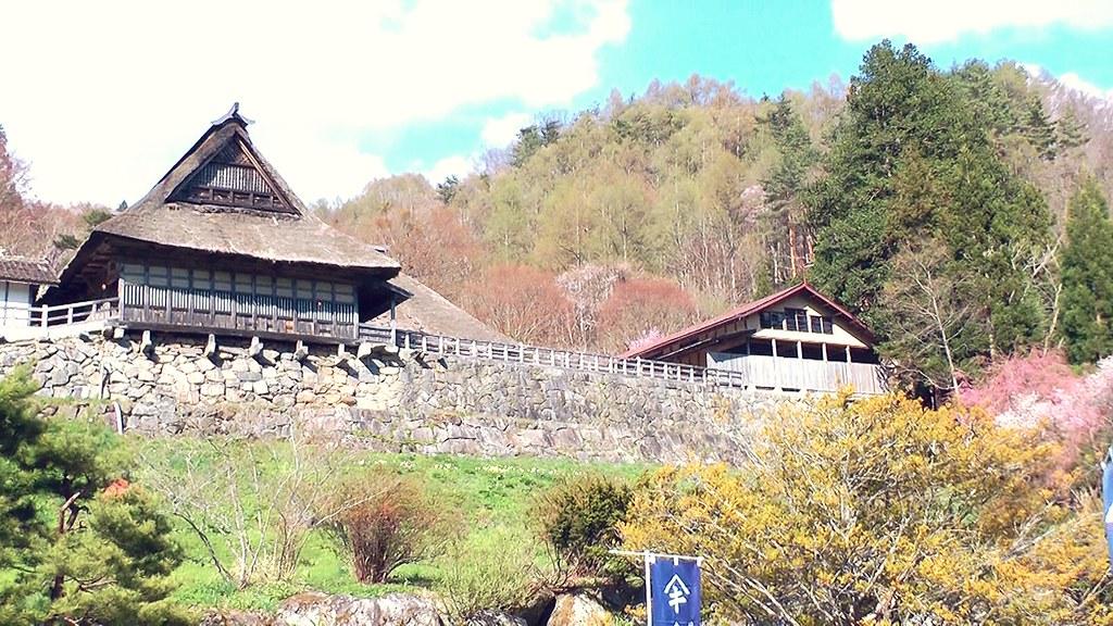 山のふもとに建っている一軒の家