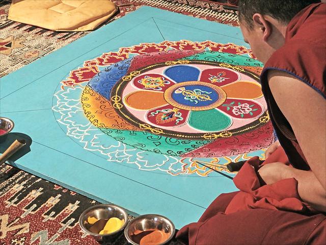 Moine tibétain réalisant un mandala (Pagode du bis de Vincennes)