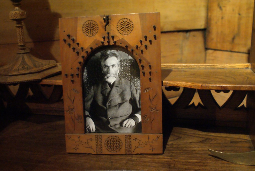 Portrait de Witkiewicz dans un cadre en bois du style popularisé par lui. La boucle est bouclée.