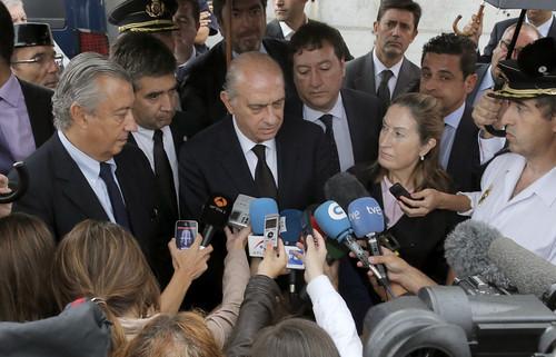 El ministro del interior felicita en santiago de compostel for Ministerio del interior santiago