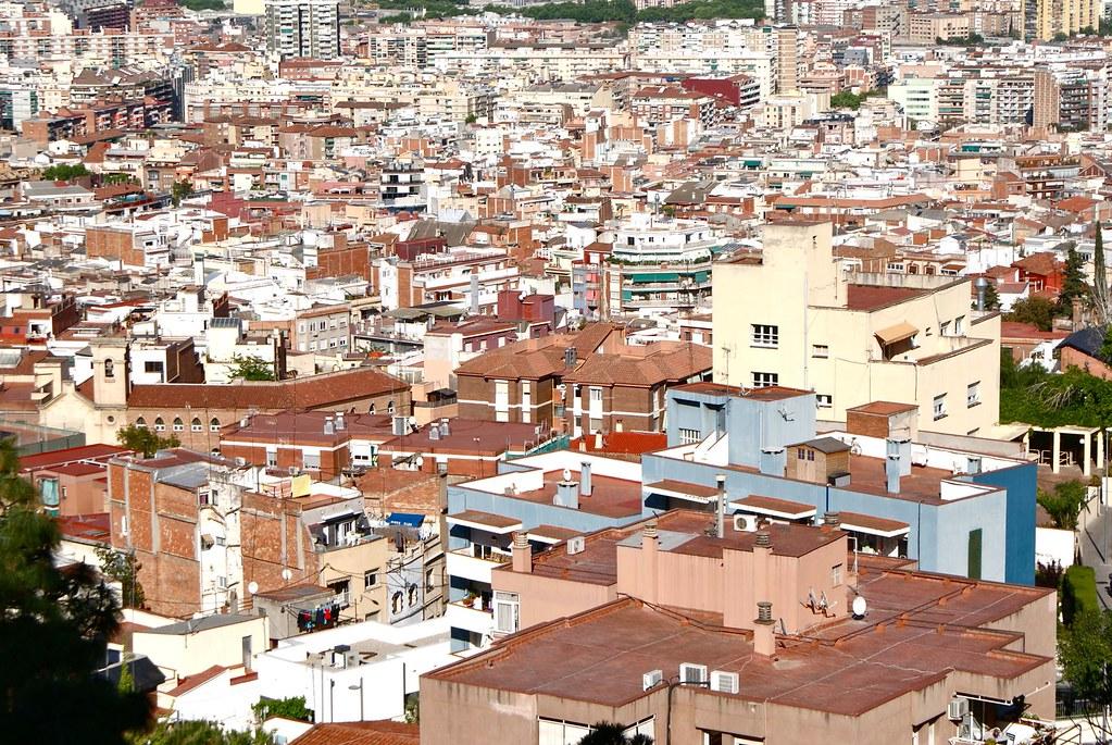 Une vue sur les toits de Barcelone depuis le parc de Guinardo.