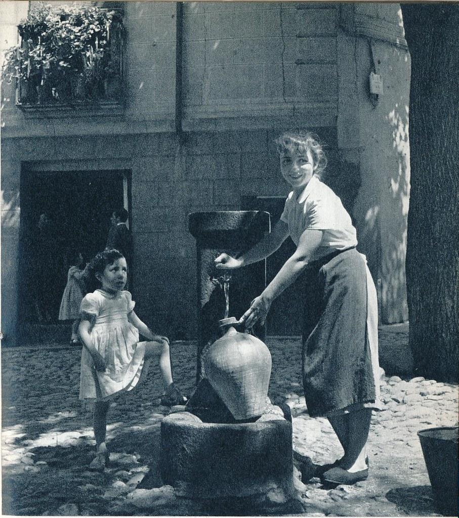 Cogiendo agua en la fuente de la Plaza de la Bellota de Toledo en la primavera de 1955. Fotografía de Cas Oorthuys © Nederlands Fotomuseum, Rotterdam