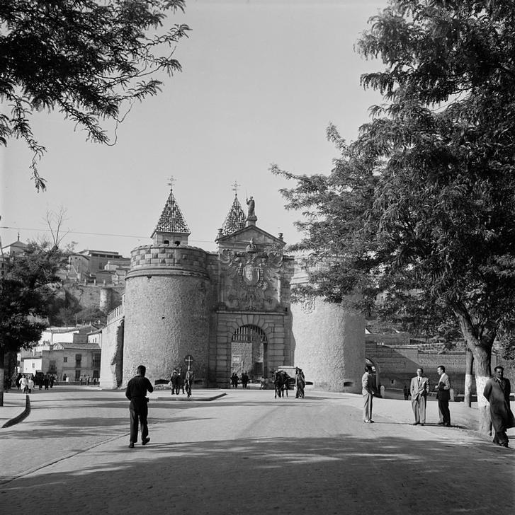 Puerta de Bisagra de Toledo en 1949 fotografiada por Paul Almásy © AKG Images