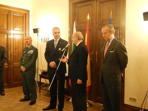 El ministro del interior condecora al exministro del inter for Ministerio del interior guardia civil