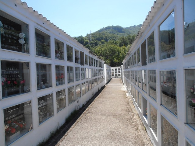 Cementerio municipal de Mieres. Un recorrido entre sus nichos y columbarios.