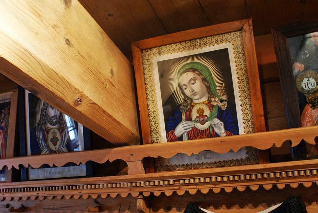 La Vierge Marie peinte sur du verre dans l'une des pièces du musée des arts décoratifs Dembowski.
