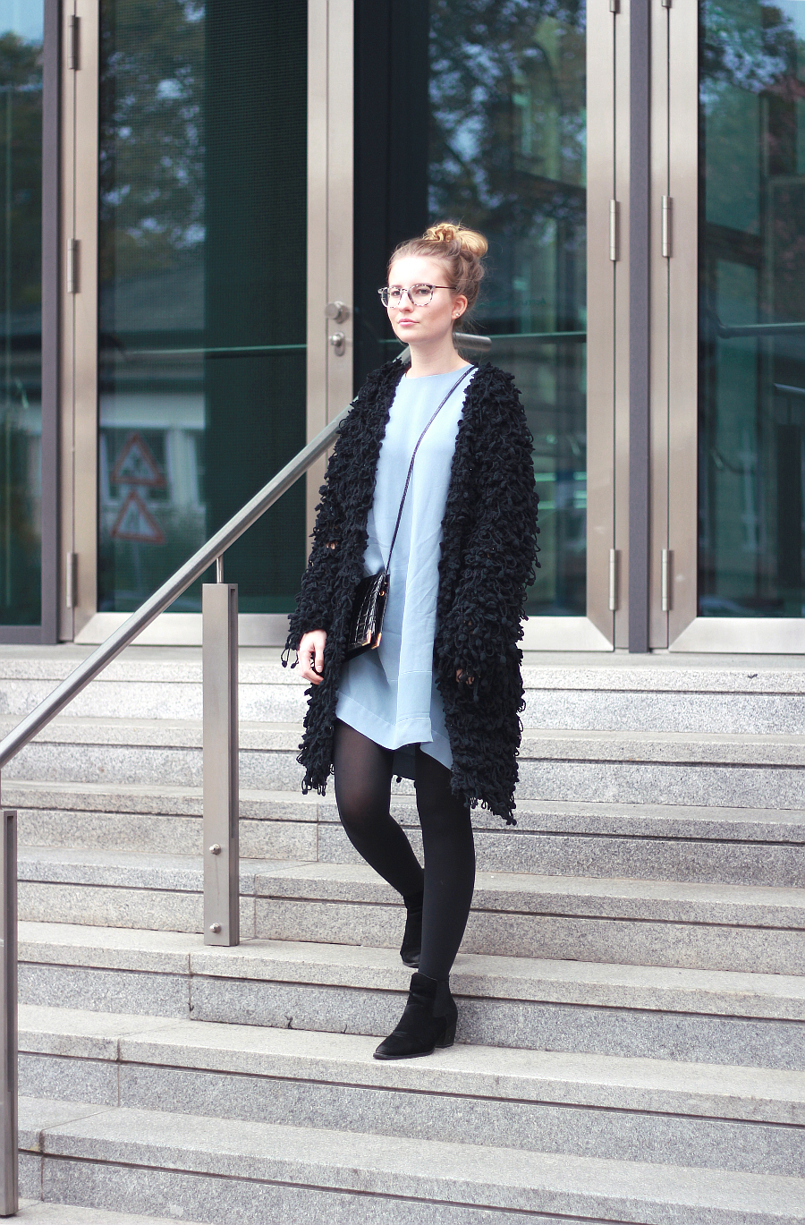outfit oversized kleid and other stories boots asos jacke zara brille guess umhängetasche vintage2
