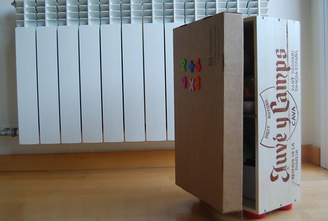nevera con caja de vino de madera y cartón