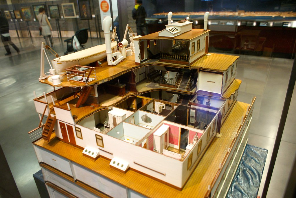 Maquette d'un paquebot avec une découpe pour apprécier l'organisation intérieure au musée maritime de Barcelone.
