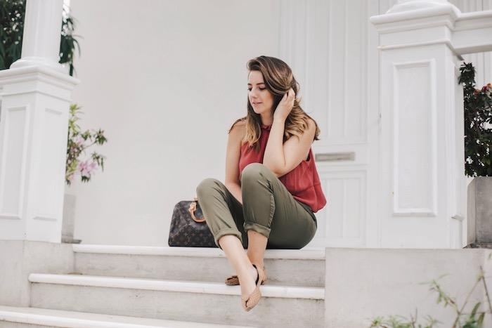cómo combinar tu ropa: pantalones verde militar