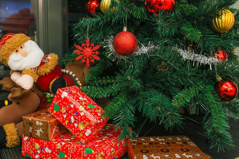 跟小幸福買了一些包裝紙,一起把家裡一些空的鐵拿和紙盒包裝起來,當作是禮物。