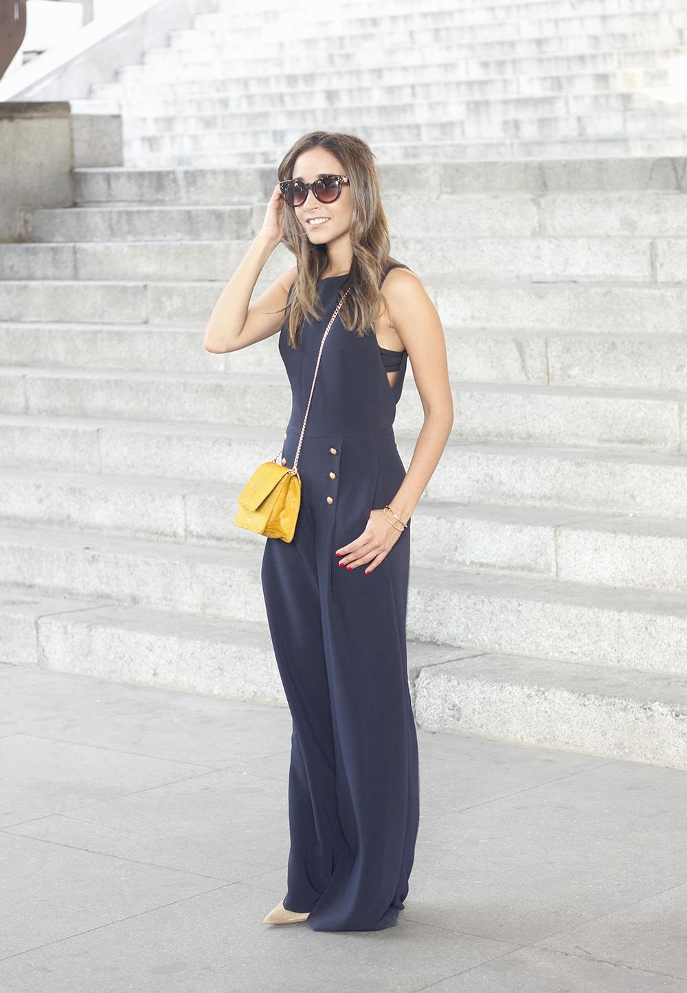 blue jumpsuit with goldden buttons mustard bag uterqüe nude heels02