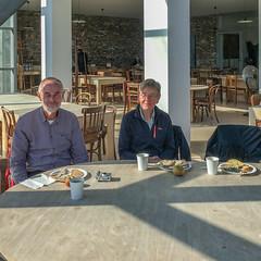 Besucher im Café Museum Insel Hombroich
