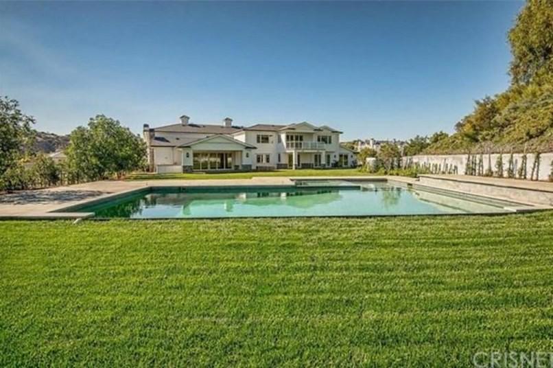 Дом с бассейном в Хидден-Хилс, Калифорния