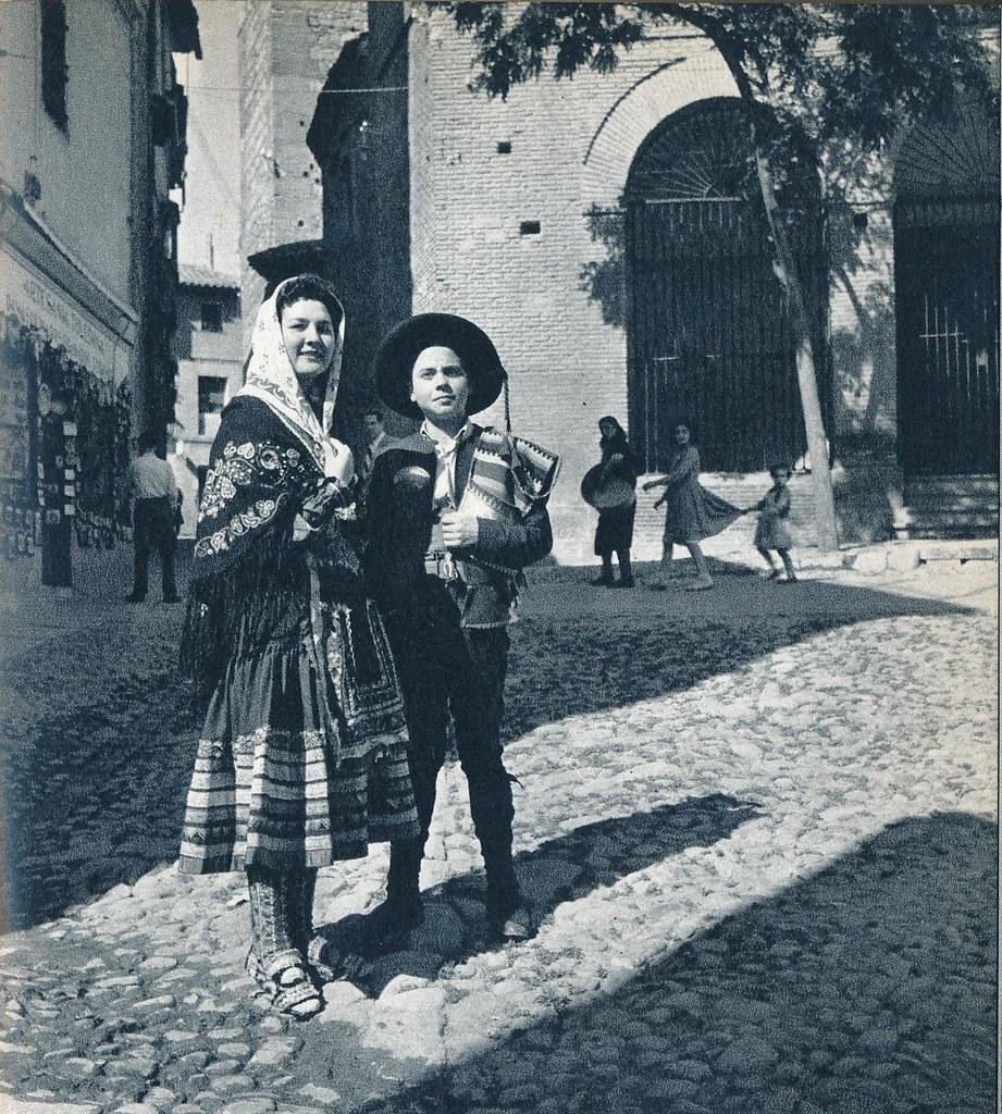 Dos personajes con trajes típicos de Toledo en la primavera de 1955. Fotografía de Cas Oorthuys © Nederlands Fotomuseum, Rotterdam