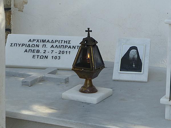 un pope au cimetière