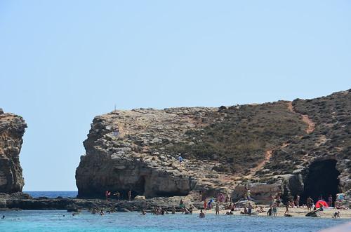Blick zwischen den Felsen in das offene Wasser hinter der blauen Lagune von Comino