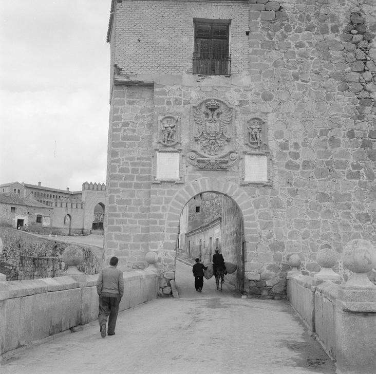 Puente de San Martín (y Puerta del mismo nombre) de Toledo en 1949 fotografiado por Paul Almásy © AKG Images
