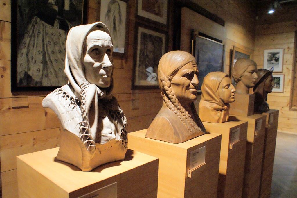 Sculpture en bois représentant des montagnardEs de Zakopane au musée Oksza.