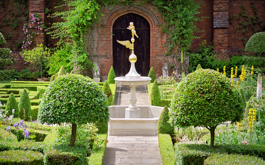 Superbe ... Water In English Gardens (8 Of 33) | Knot Garden Fountain, Hatfield  House