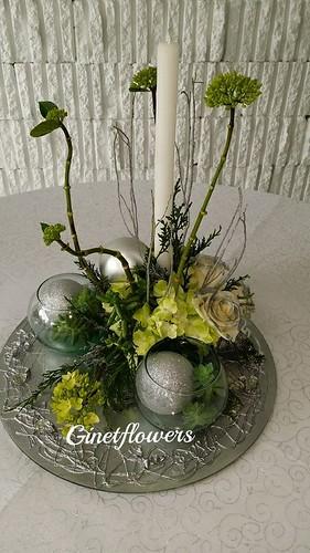 Centro de mesa navide o redondo en plateados y verdes flickr - Arreglos navidenos para mesa ...