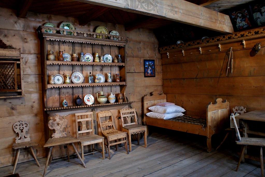 Intérieur d'une maison typique des montagnes du Podhale près de Zakopane.